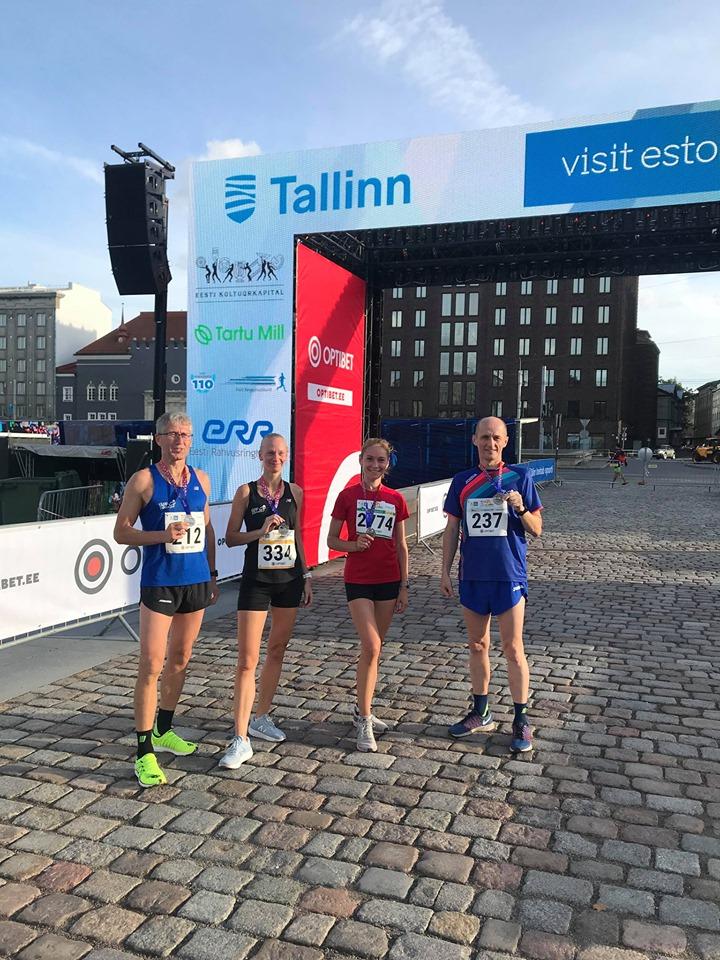 Toomas, Mirjam, Hana-Maarja ja Vailjar Tallinna 10 km jooksu finišis